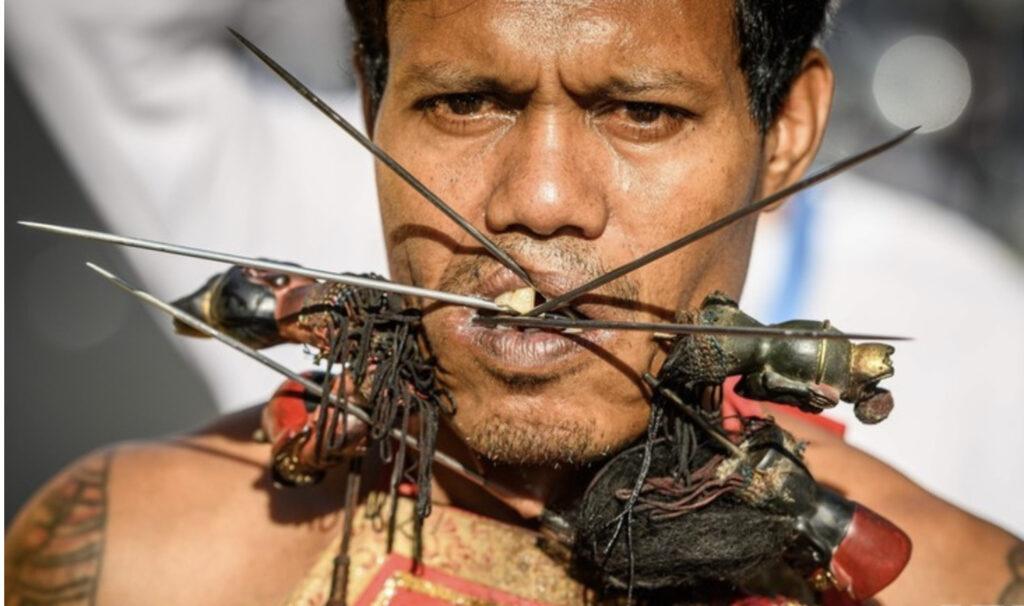 口や頬を串刺しに!?タイの過激な祭『ベジタリアン・フェスティバル』